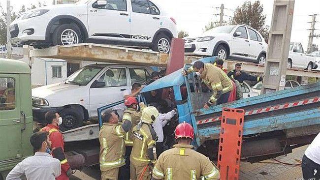 تصادف در بزرگراه آزادگان و گرفتار شدن خانواده ۴ نفره در آهن پاره های خاور