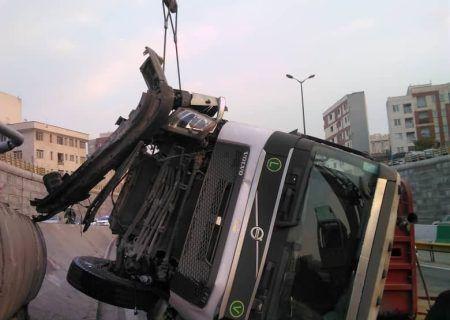 واژگونی تریلر در بزرگراه امام علی/ راننده ۴۵ ساله جان باخت
