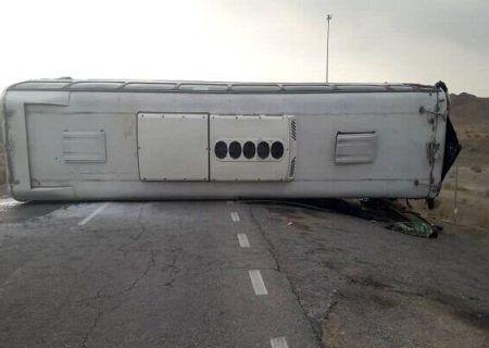 واژگونی وحشتناک اتوبوس مسافربری در اراک موجب مصدوم شدن ۹ نفر شد