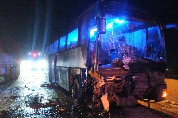 تصادف اتوبوس و تریلی در زنجان با ۱۵مصدوم