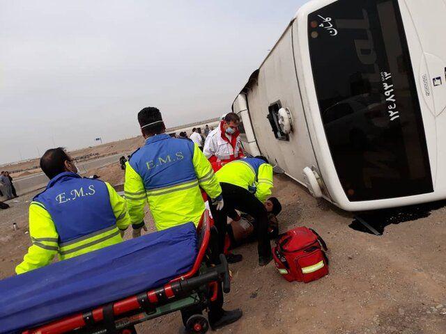 واژگونی اتوبوس در قم ۱۷ مصدوم داشت
