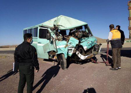 برخورد مینیبوس با کامیون در استان قزوین با۹ مصدوم
