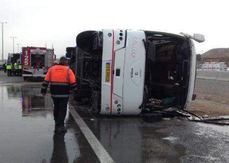 واژگونی اتوبوس در تهران-قم ۷ تن مصدوم شدند