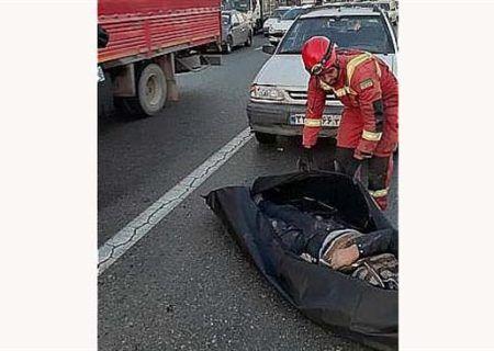 تصادف شدید عابر پیاده با پراید در بزرگراه آزادگان