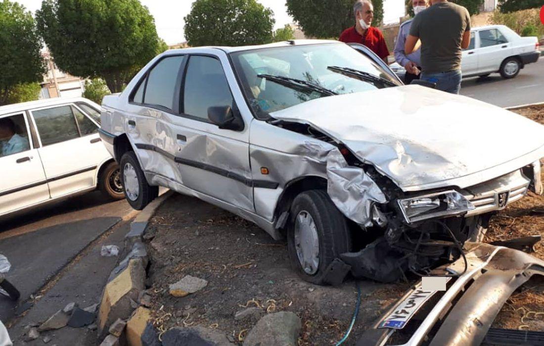 تصادف با تیر چراغ  در اصفهان خانم 35 ساله را به کام مرگ کشاند
