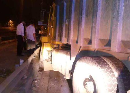 تصادف شدید دو دستگاه کامیون به صورت شاخ به شاخ در محدوده بزرگراه بابایی