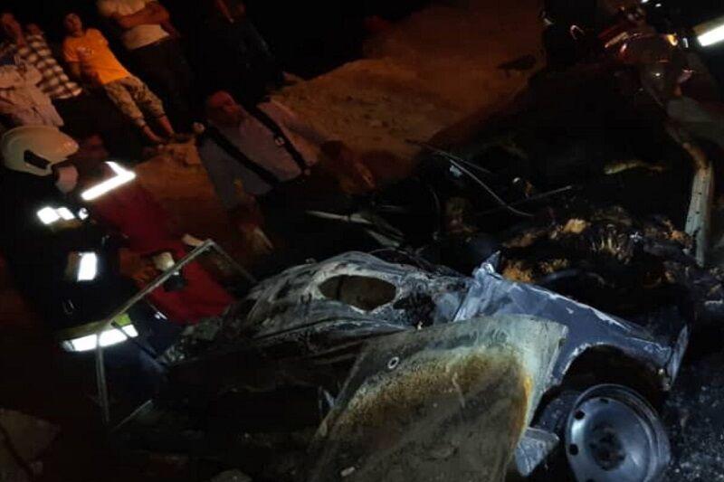 تصادف در اصفهان، منجر به آتش سوزی خودرو سواری پیکان شد