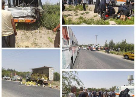 تصادف مرگبار در البرز بین اتوبوس و کامیونت  ۳۸ مصدوم برجای گذاشت