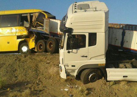 تصادف تریلی با اتوبوس در آزادراه کاشان-قم ۲۴ نفر مصدوم شدند
